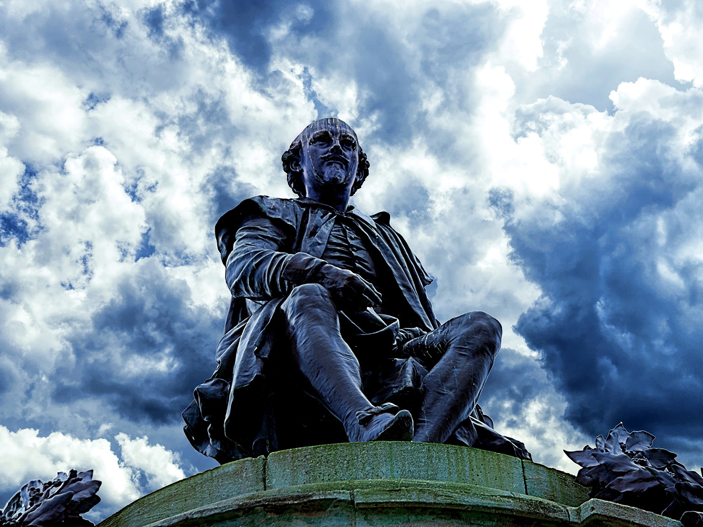 Shakespeare statue in front of a cloudy sky