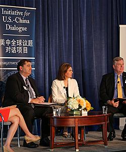 照片为美中对话项目执行主任Dennis Wilder在中美贸易论坛中主持一个小组会议。