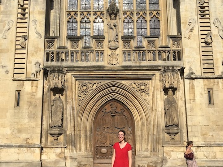 Rachel Singer (C'22) in front of Bath Abbey, a Gothic church she visited in England.