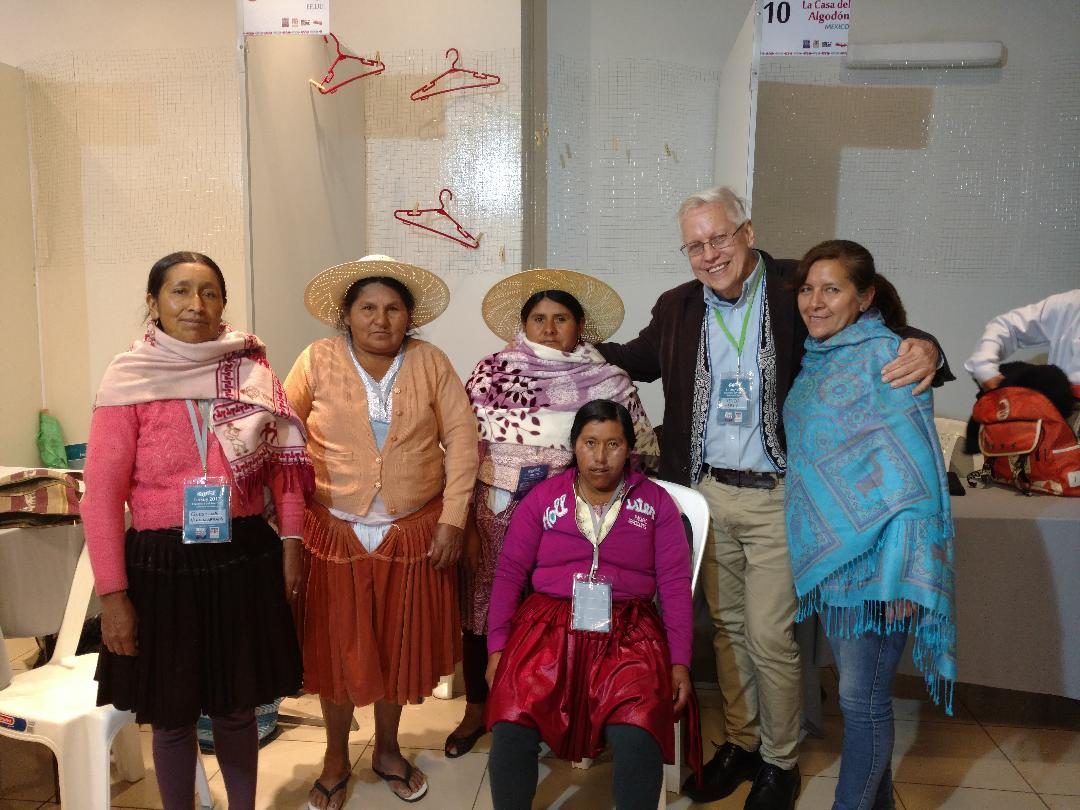 Dr. Kevin Healy meets with Peruvian weavers
