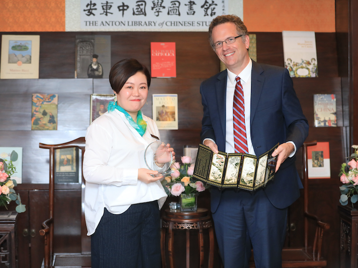 GU Vice President for Global Engagement exchanges gifts with a member of the Beijing Center.