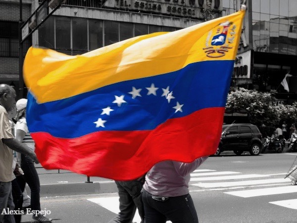 Person holding the Venezuelan flag
