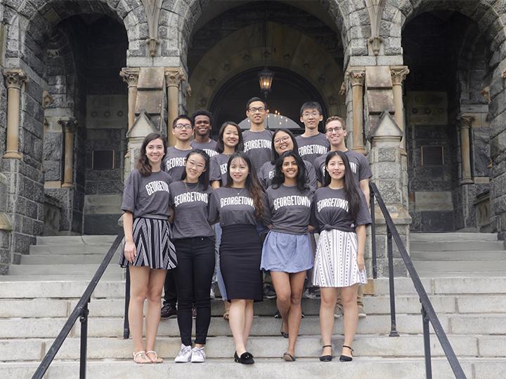 2018-2019 学生交流小组成员在Healy 楼前