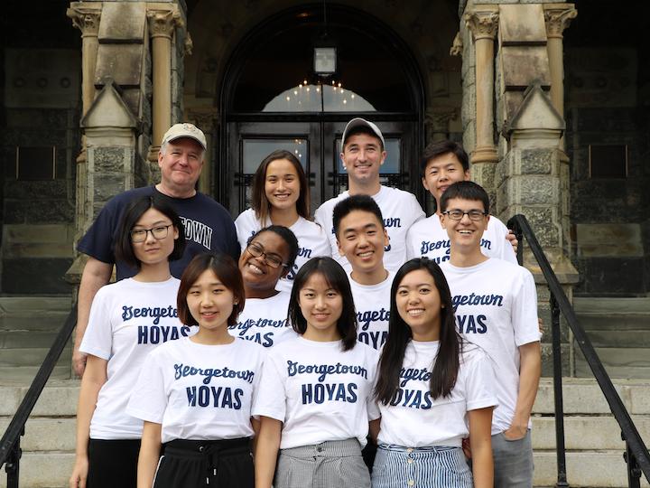 2017-2018 学生交流小组成员在Healy 楼前