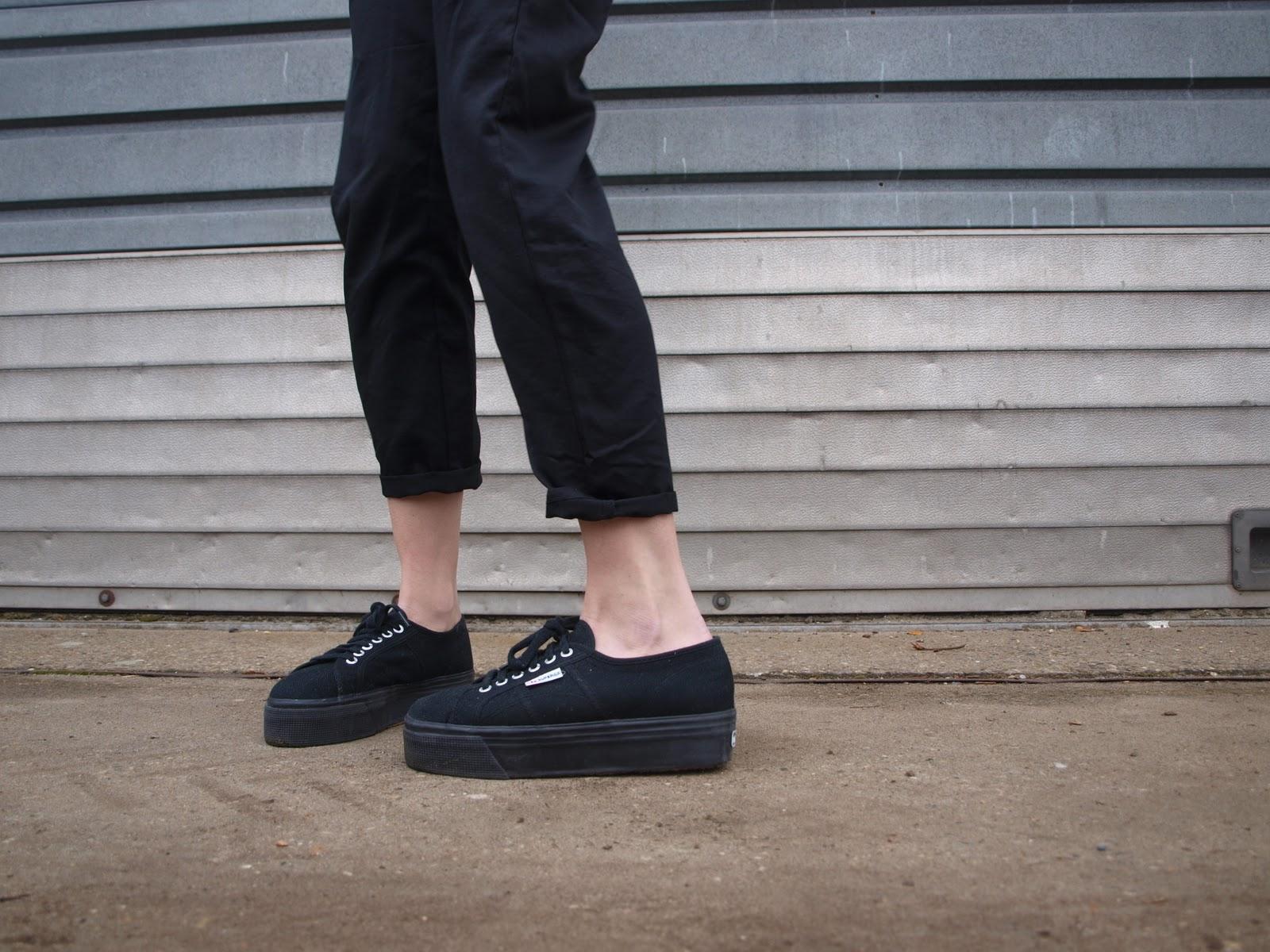 b03d4d4cca Los noventas están de regreso junto con uno de sus íconos: las zapatillas de  plataforma, odiadas y amadas por muchos. Aunque nadie puede negar que son  un ...