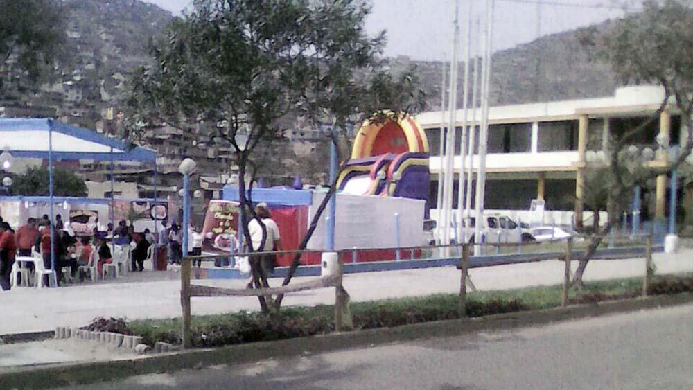 Juegos mecánicos en parque central de Villa María del Triunfo.