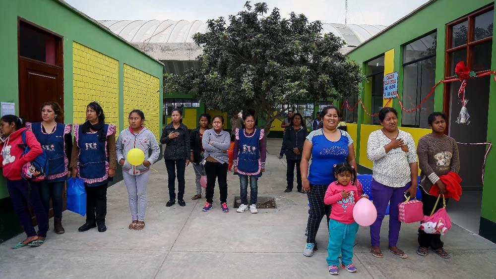 Madres con los pequeños de la Institución Educativa No. 209, del centro poblado Bernales, en el distrito de Humay, en Pisco.