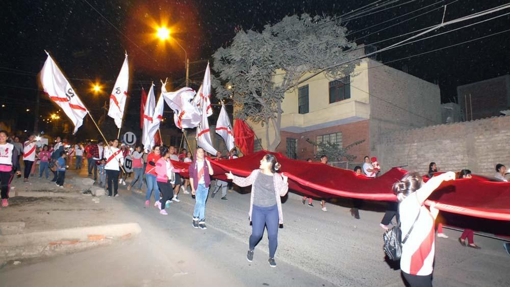 Vecinos pasean inmensa bandera por el distrito de Carabayllo.