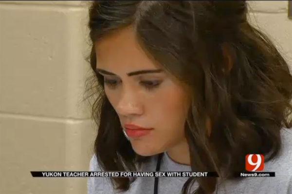 Arrestan a maestra por tener relaciones con uno de sus alumnos