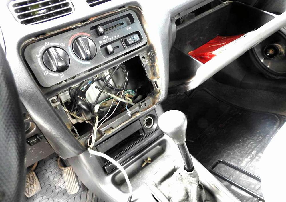 Vehículo al cual desvalijaron los delincuentes en Villa El Salvador.