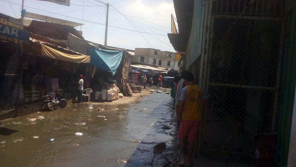 Calle de Sullana inundada con flujos de desagüe.