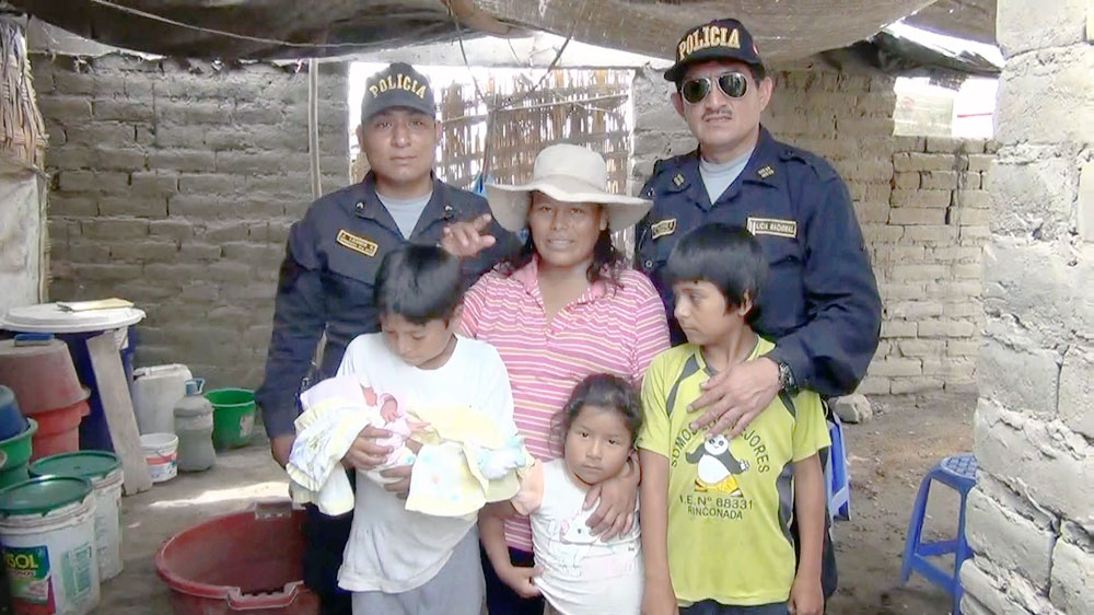 Los agentes de la Policía Nacional posaron junto a la madre y a la bebé que ayudaron a nacer.
