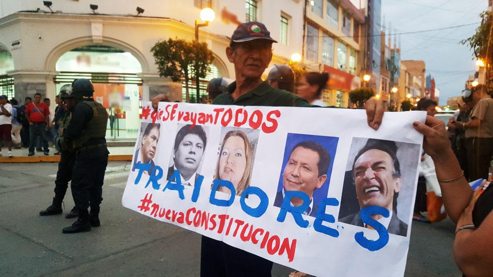 Los manifestantes tildaron de traidores a los cinco congresista por Lambayeque.