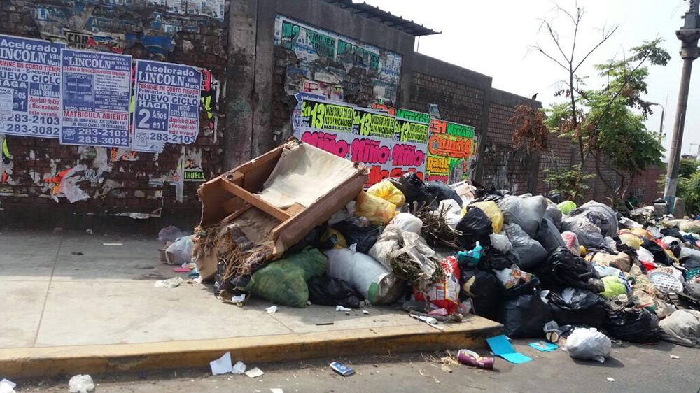 Montículo de basura en la Av. José Carlos Mariátegui en Villa María del Triunfo.