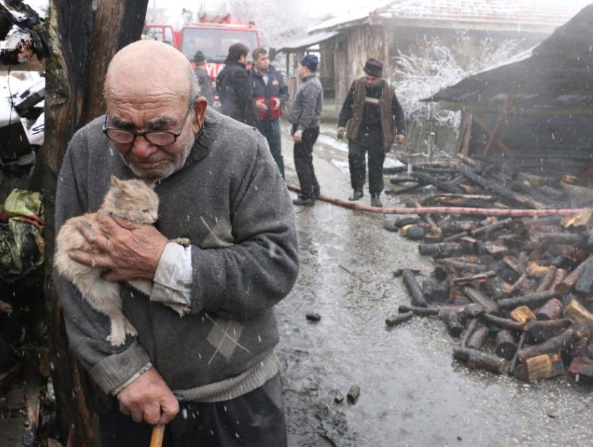 Anciano abraza a su gato tras perder su casa en incendio