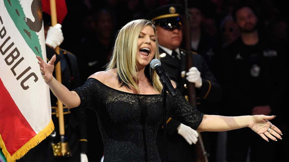 Fergie convierte el himno estadounidense en algo demasiado sexual (vídeo)