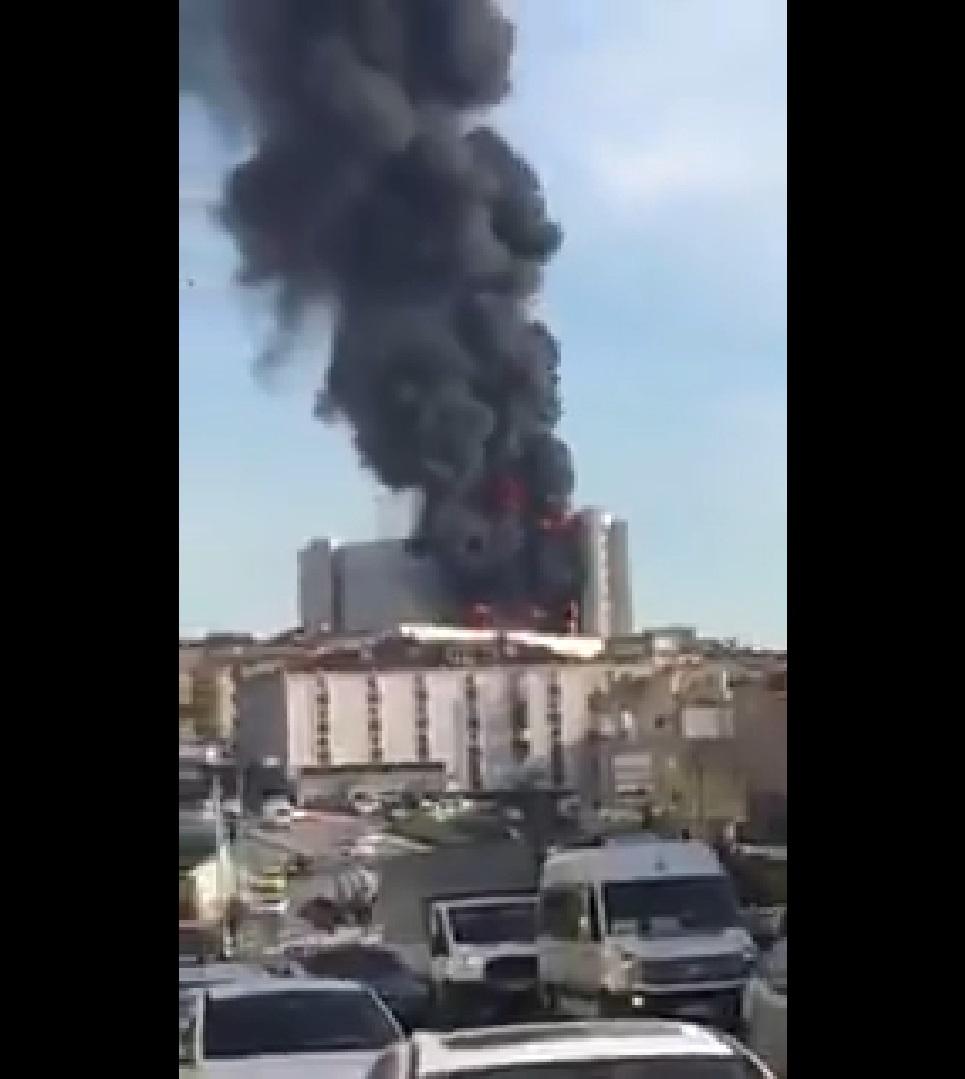 Feroz incendio consume un hospital en Estambul