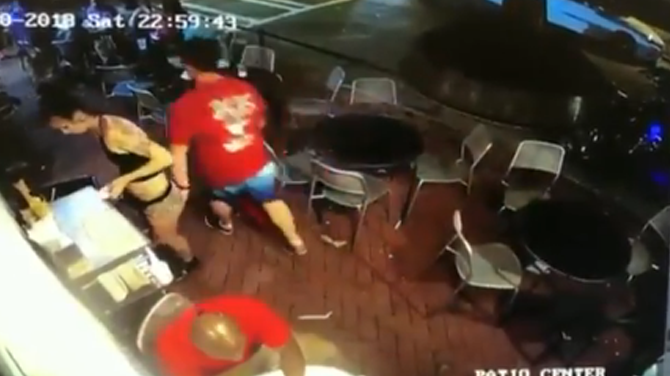 mujer atacada en bar acoso sexual