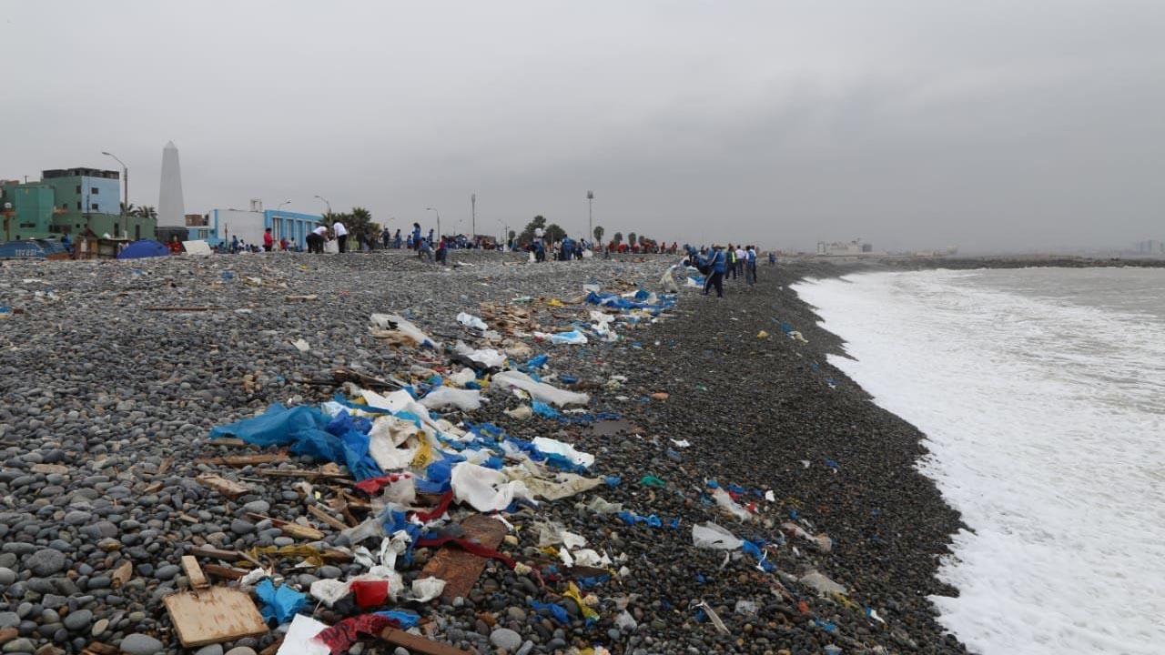 Limpian playa Carpayo, en el Callao.