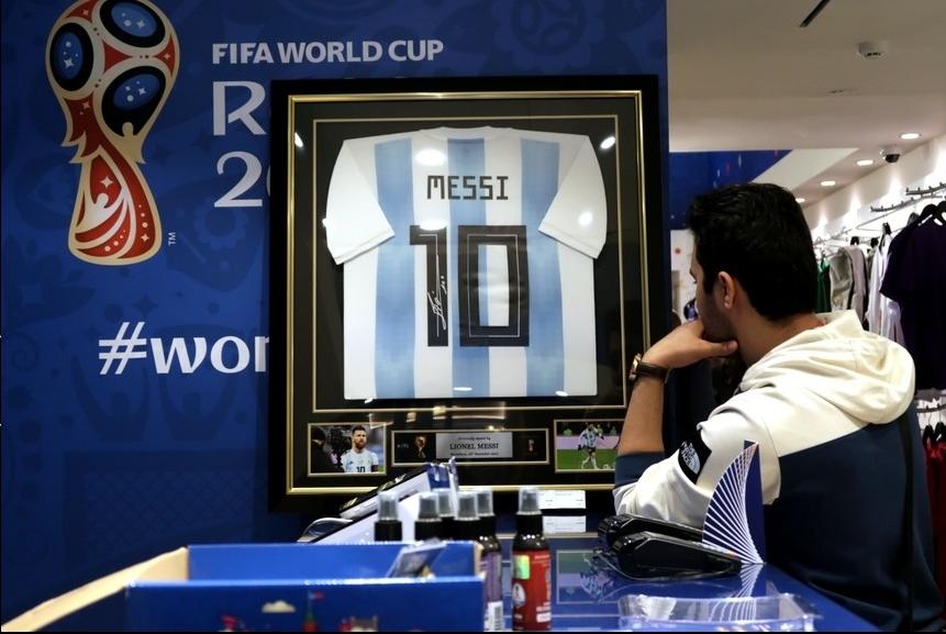 Rusia 2018: ¿Cuánto cuesta una camiseta de Lionel Messi enmarcada y ...