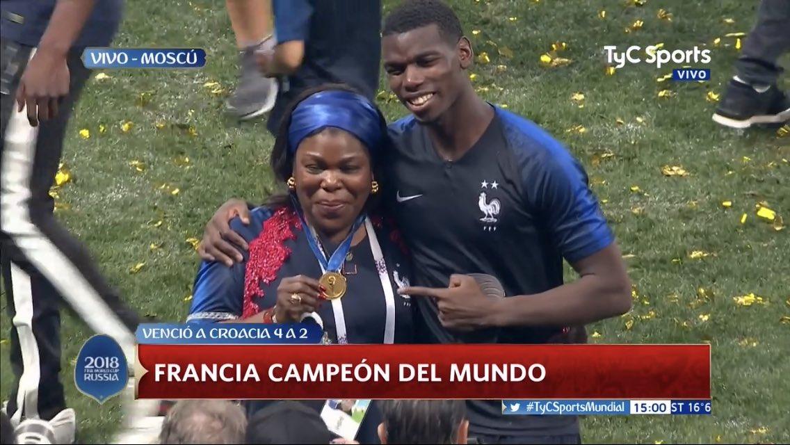 Pogba le regala su medalla a su madre