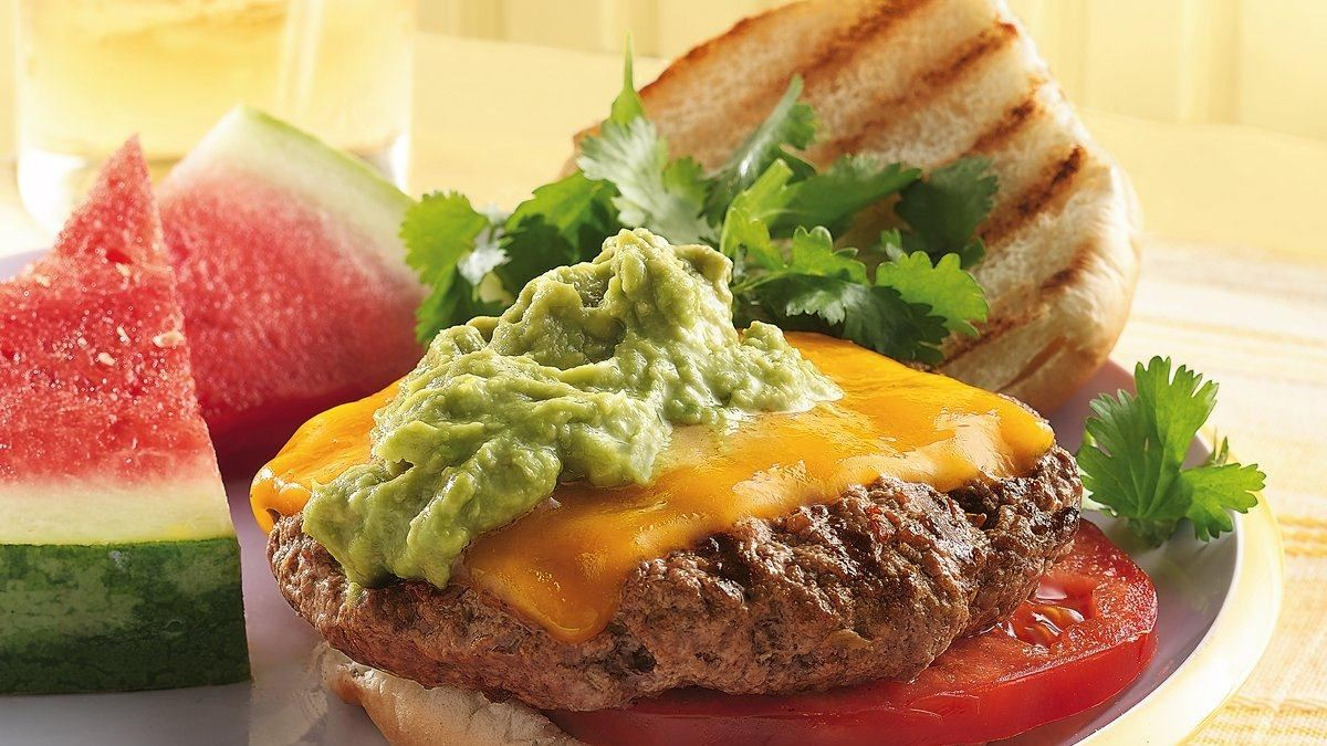 Hamburgers grillés aux piments chipotle et guacamole