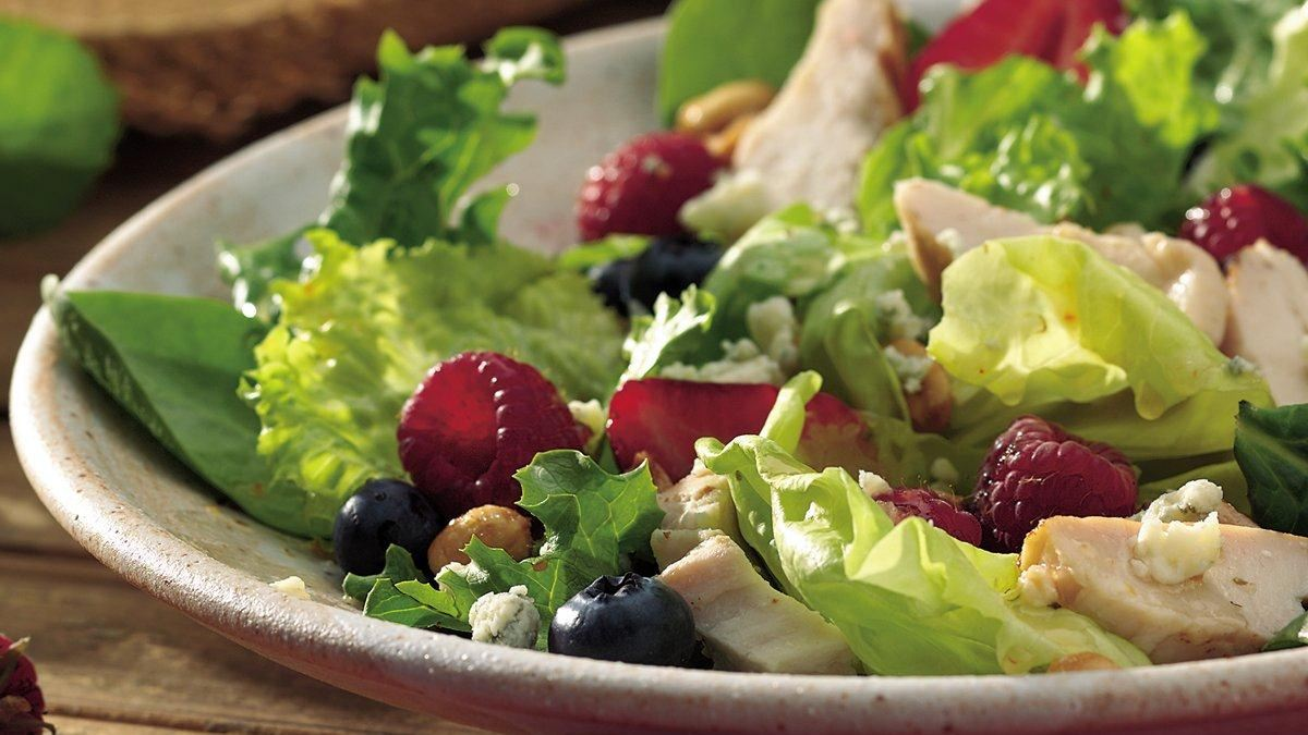 recette de recette de salade au poulet et petits fruits. Black Bedroom Furniture Sets. Home Design Ideas