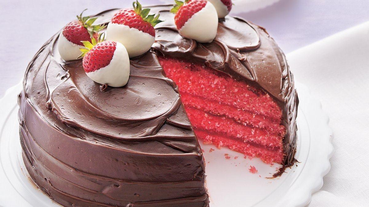 Gâteau aux fraises enrobé de chocolat