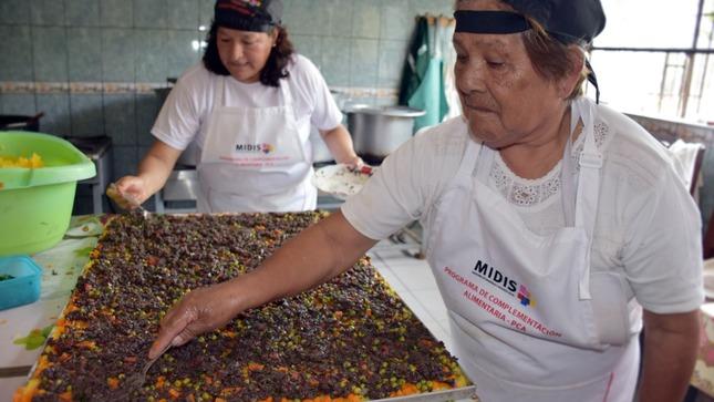 Comedores Populares preparan causa de sangrecita de 2 metros para combatir y prevenir la anemia en Lima Sur