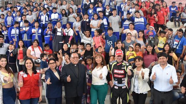 Ministra La Rosa y piloto del Rally Dakar Aníbal Aliaga llegaron a Lima Este y compartieron mensajes de lucha contra la anemia con alumnos y sus padres