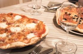 Menu con pizza a scelta, dolce e birra per 2 persone all'enoteca La Rosa Blu (sconto fino a 48%)