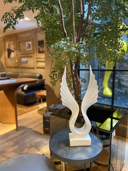escultura resina asas branca 45x22x8cm