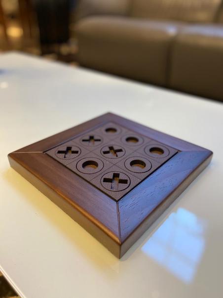 Jogo da Velha em madeira NogueIRA E RECOURO CAFÉ 23X23X2,5CM