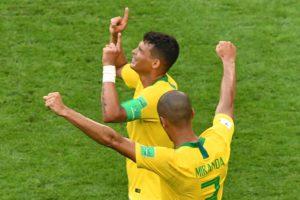 Miranda e Thiago Silva comemoram vitória contra o México, na Arena Samara. Foto: AFP