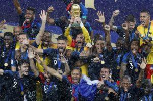 Franceses erguem a taça da Copa do Mundo 2018. Foto: Jonathan Campos/Gazeta do Povo