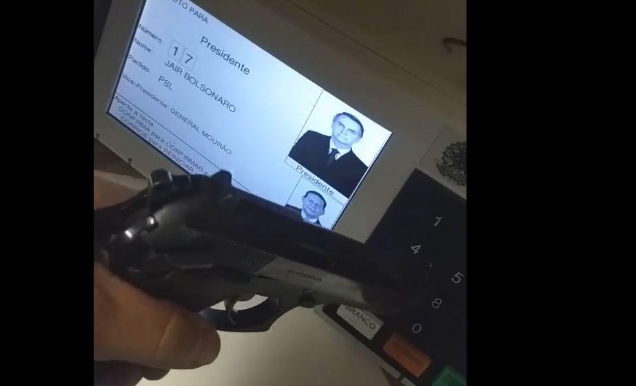 Vídeo de eleitor que aperta 17 com arma. Verdadeiro ou falso?