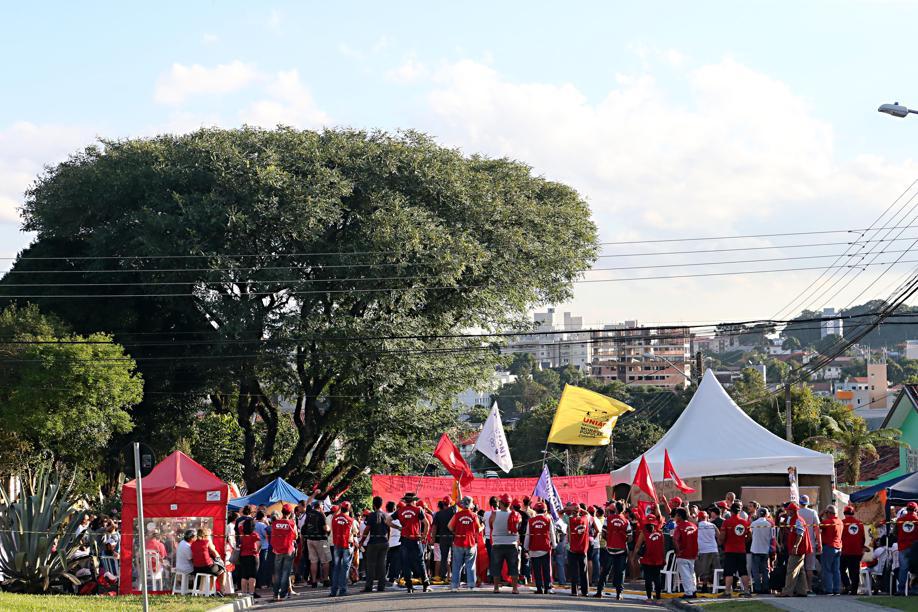 Sem nenhum político de peso, militantes do PT choram em acampamento em frente à PF