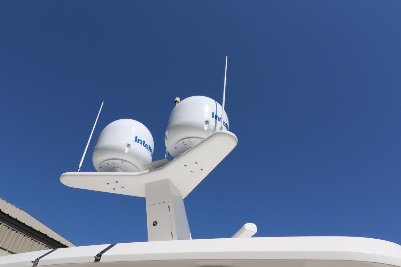 2016 Hampton Endurance 686 LRC Skylounge, Mast and Domes