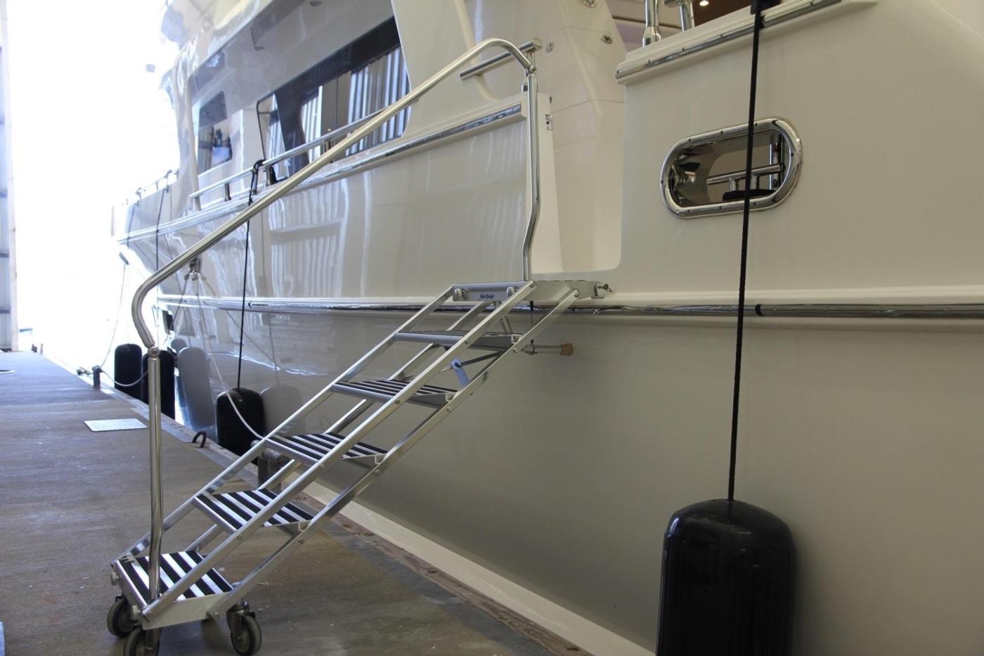 2016 Hampton Endurance 686 LRC Skylounge, Boarding Stairs
