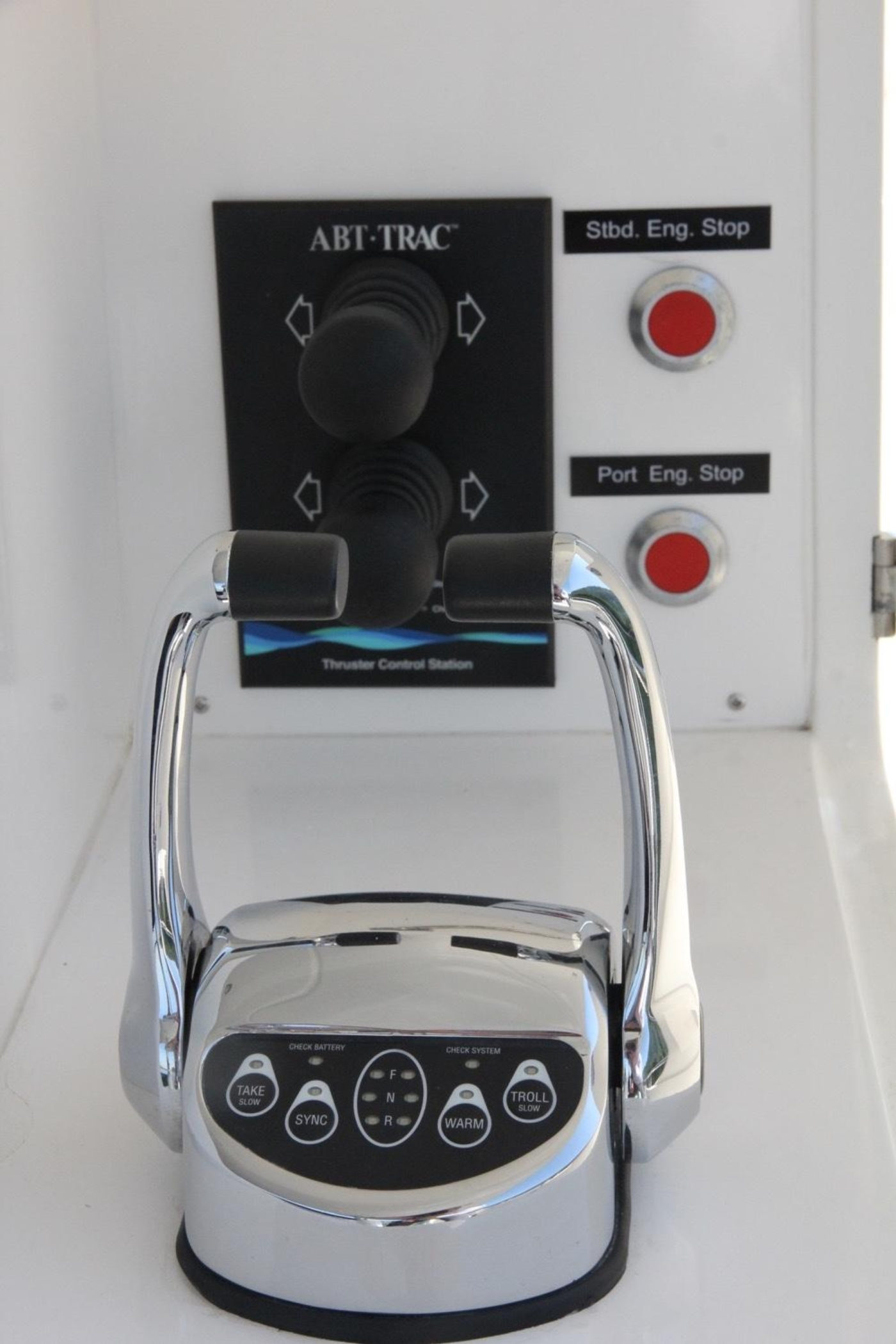 2016 Hampton Endurance 686 LRC Skylounge, Cockpit Controls