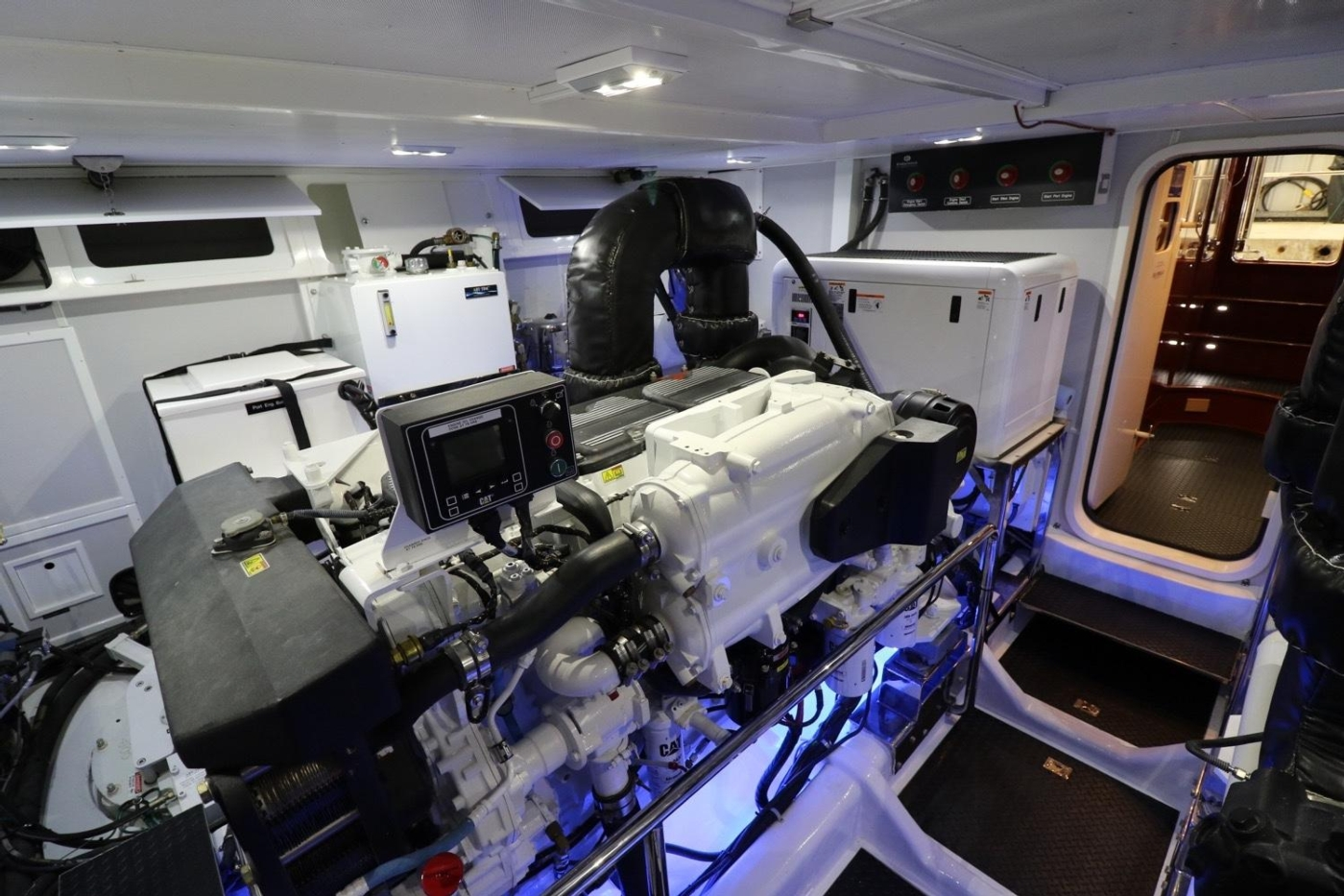 2016 Hampton Endurance 686 LRC Skylounge, Engine Room