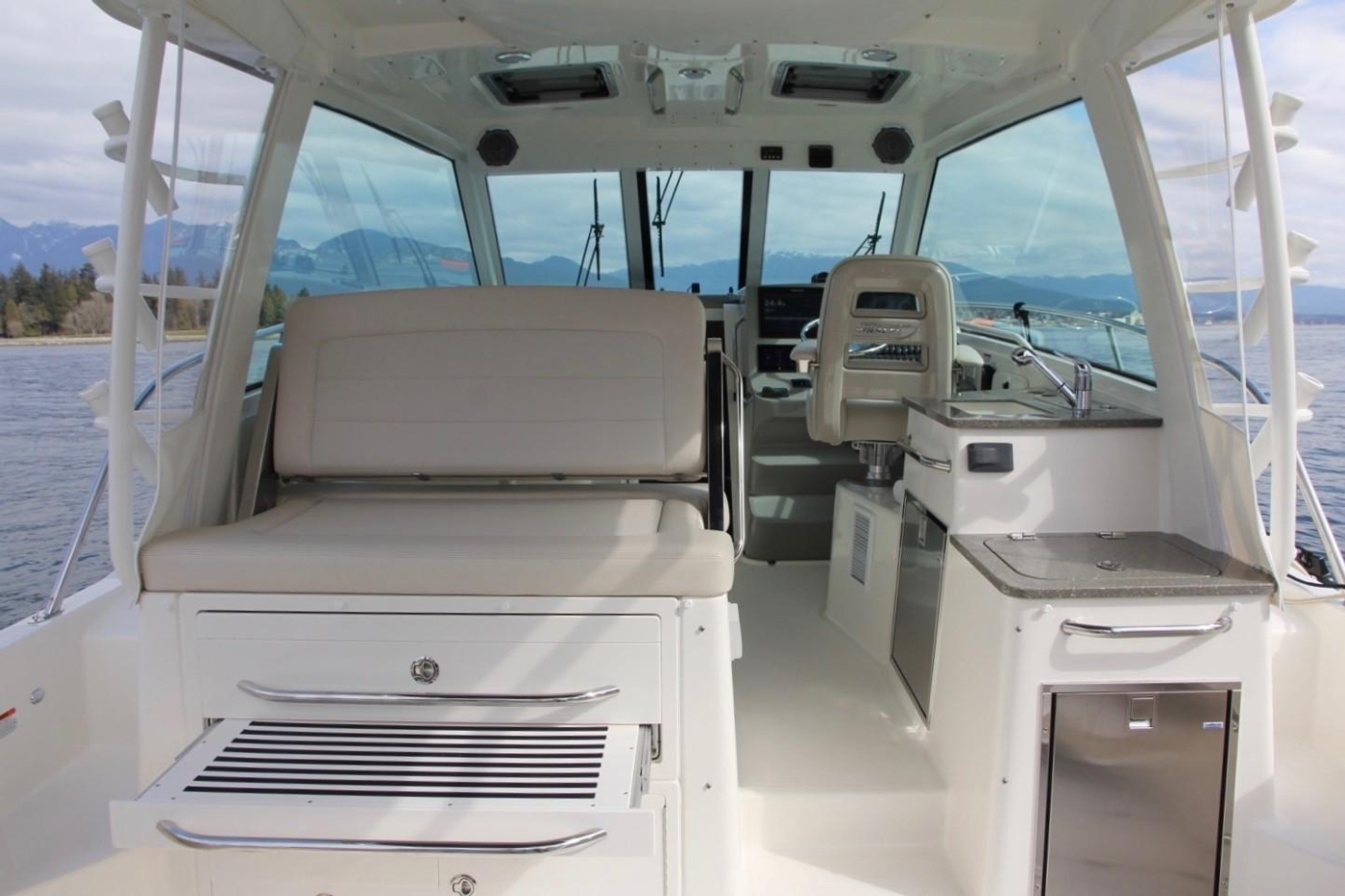 2017 Boston Whaler 345 Conquest, Reversible Seating and Footrest