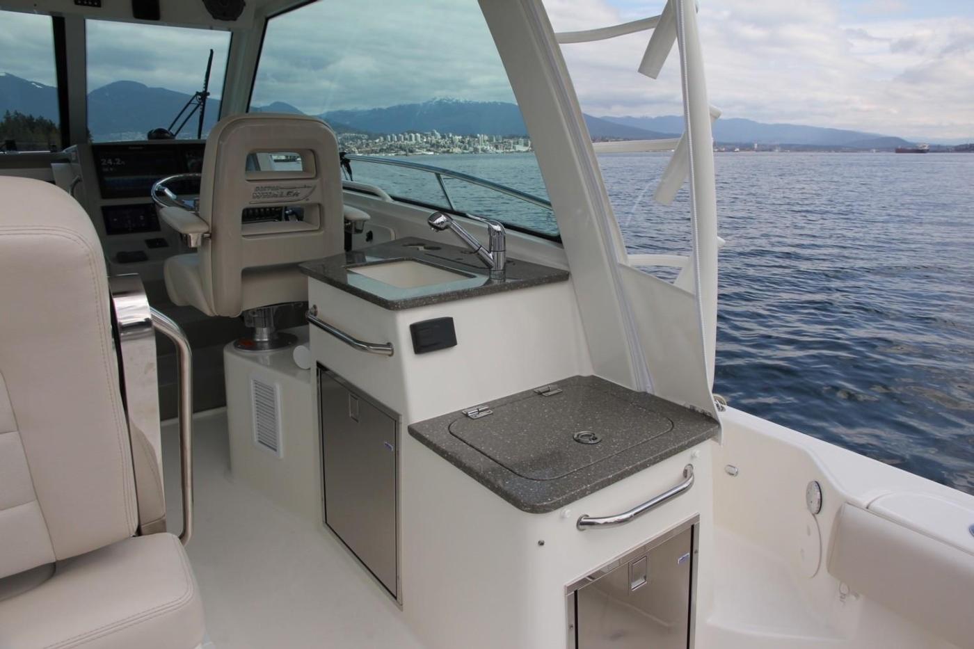 2017 Boston Whaler 345 Conquest, Starboard Wet Bar