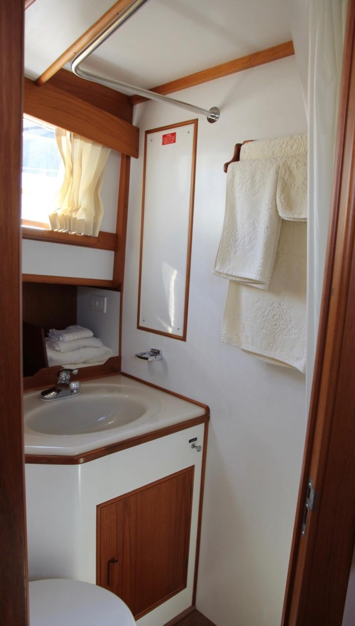 1995 Grand Banks Classic, Forward Ensuite