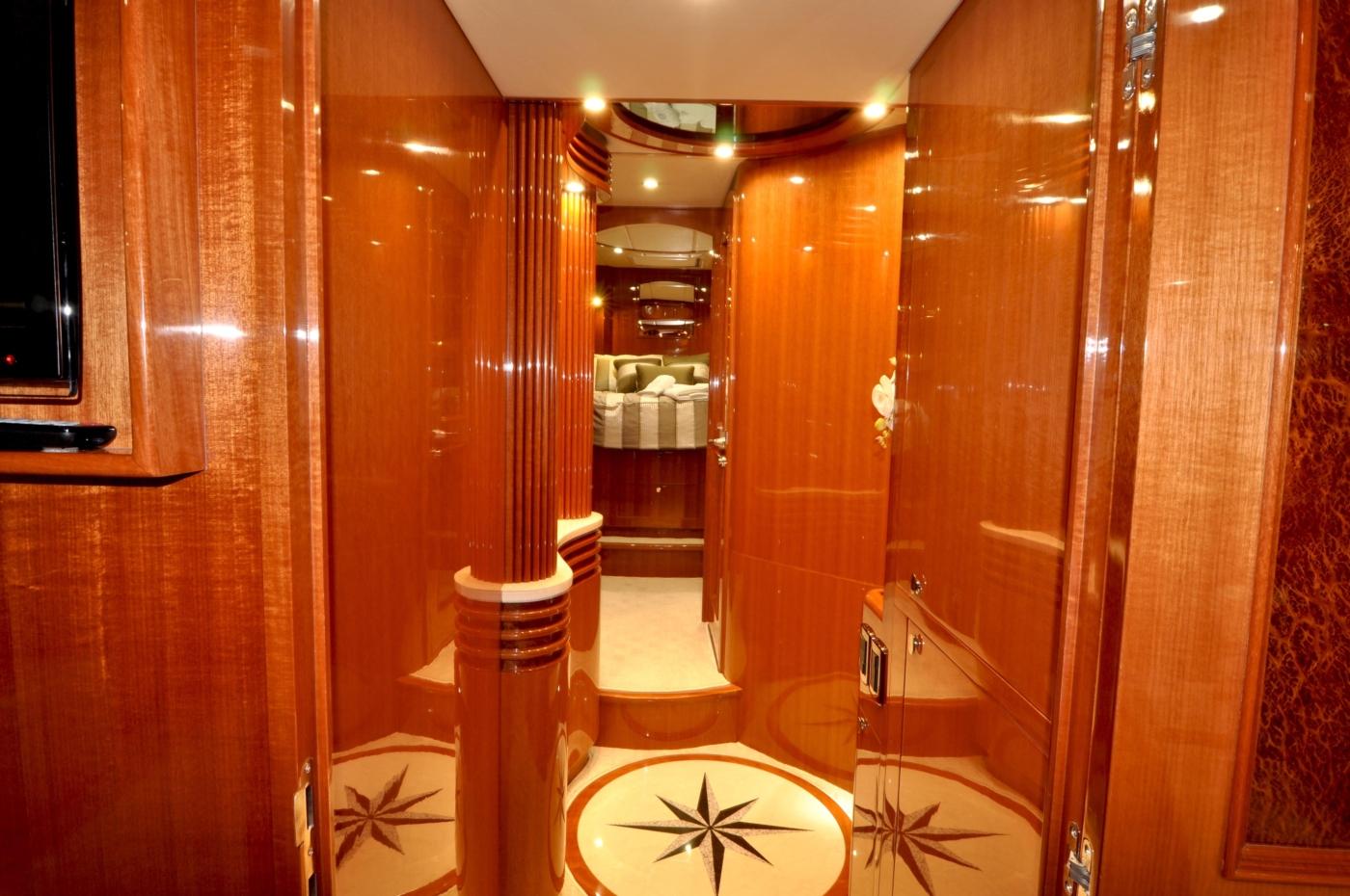 2011 Hampton 75 Endurance LRC, Accommodation Passageway