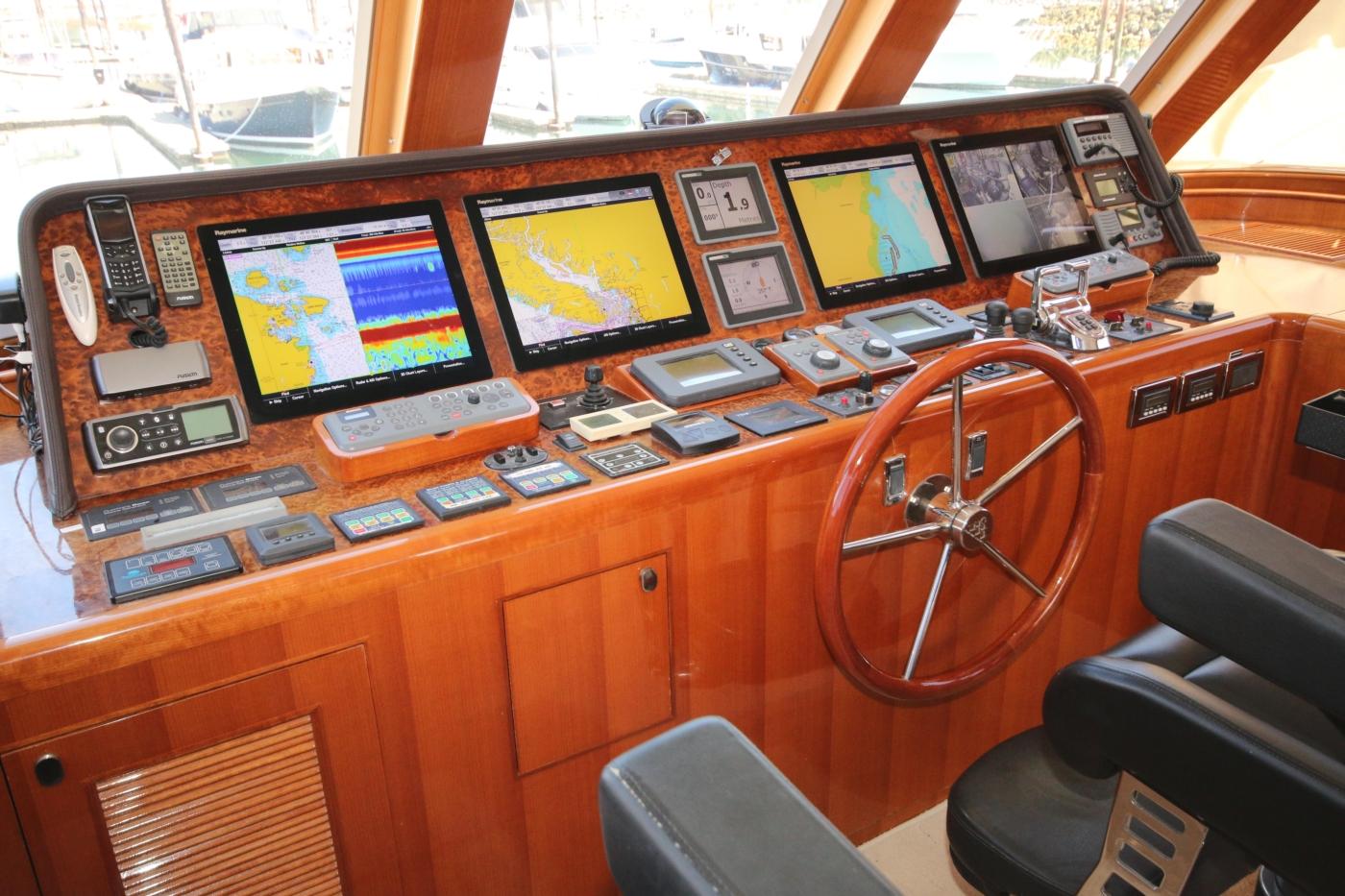 2011 Hampton 75 Endurance LRC, Helm Station