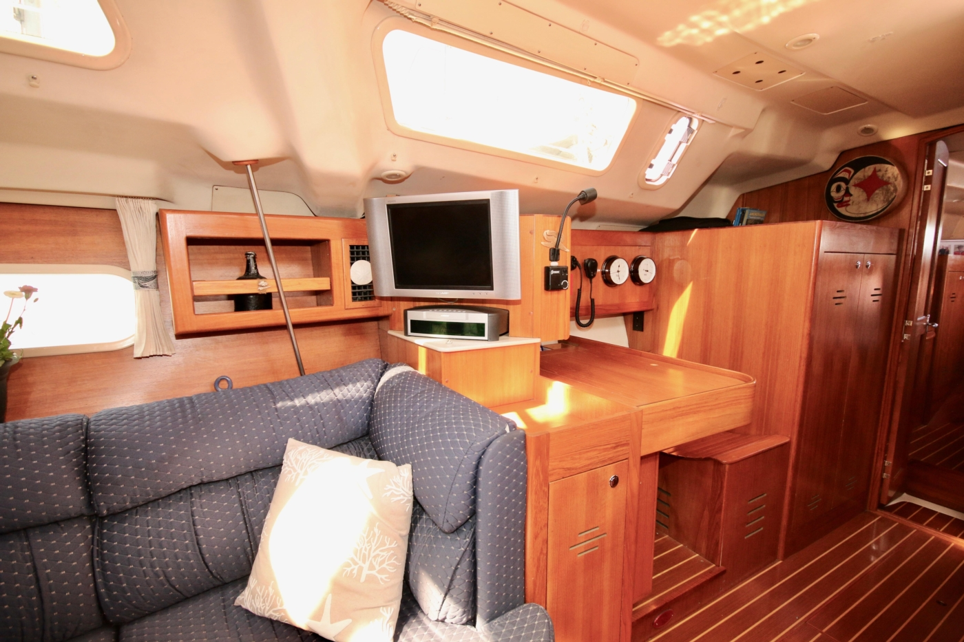 2004 Hunter Passage 420, Entertainment centre to starboard