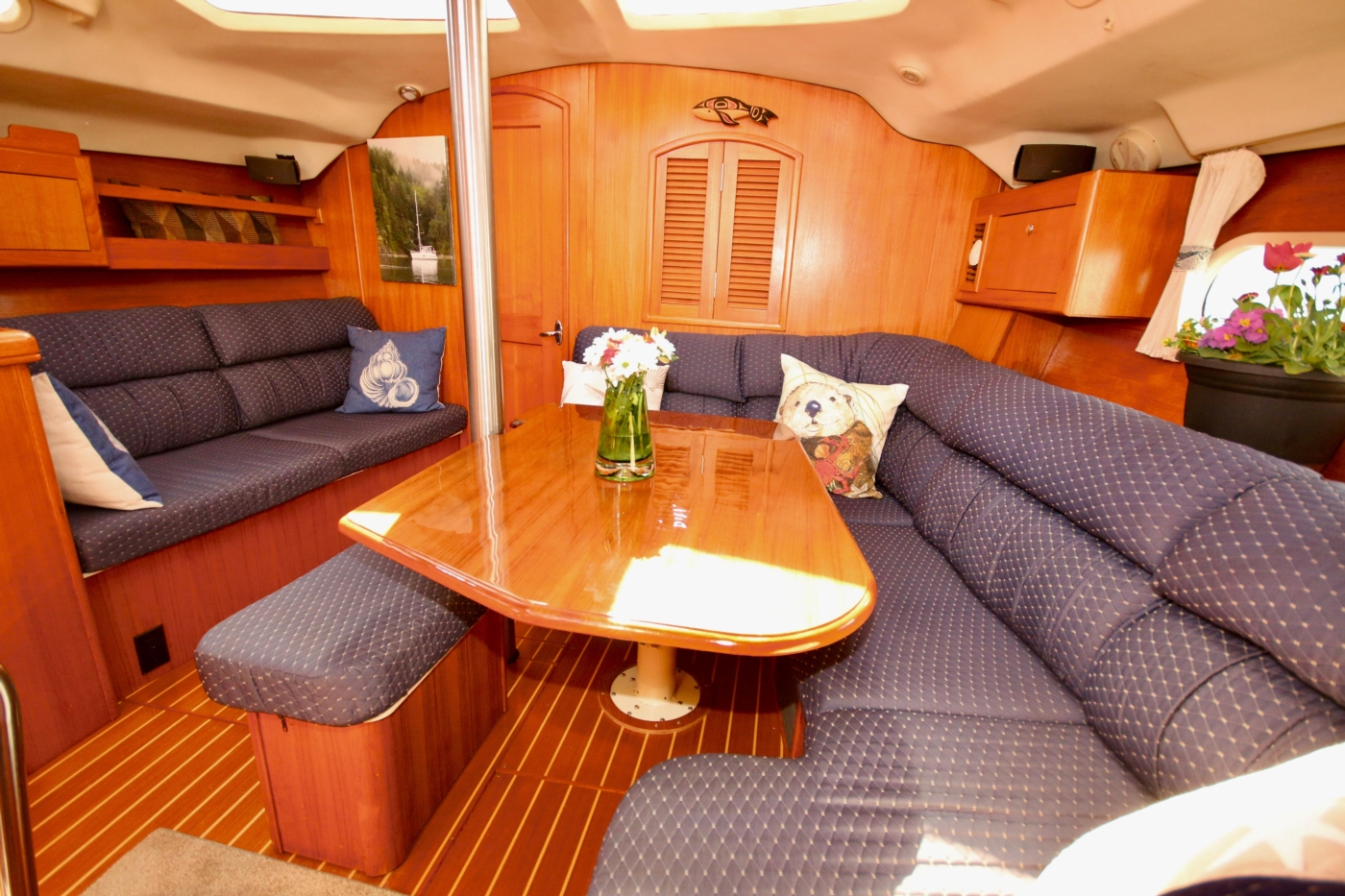 2004 Hunter Passage 420, Looking forward over dining table