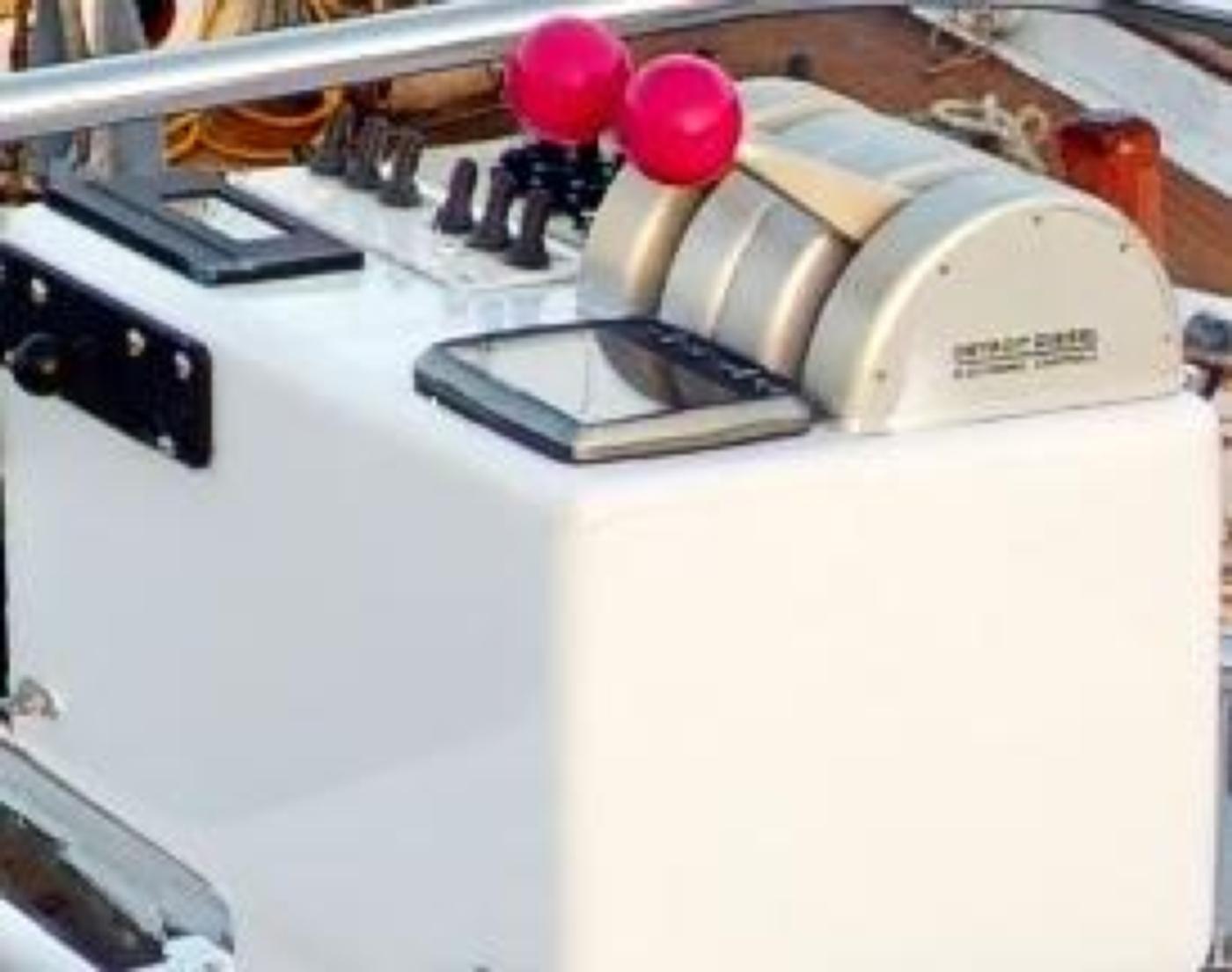 1997 Nordlund Motoryacht, Aft boat deck docking controls