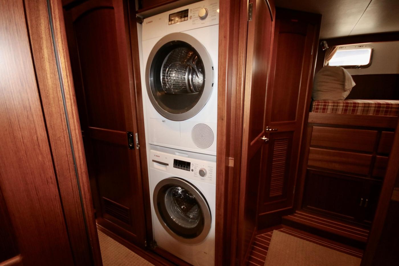 2015 Fleming 58 Pilothouse, Passage washer/dryer